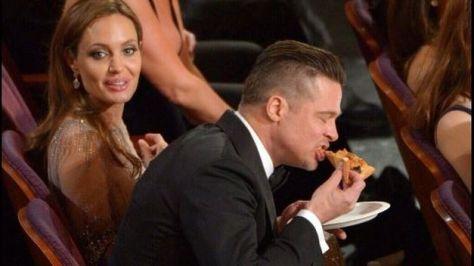 Brad-Pitt-comiendo-pizza-Oscar_TINIMA20140303_0057_20